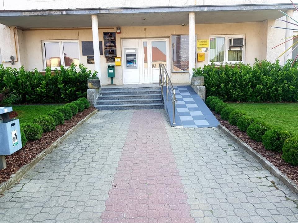 Detalji prekrasnog okoliša općinske zgrade u Dubravi