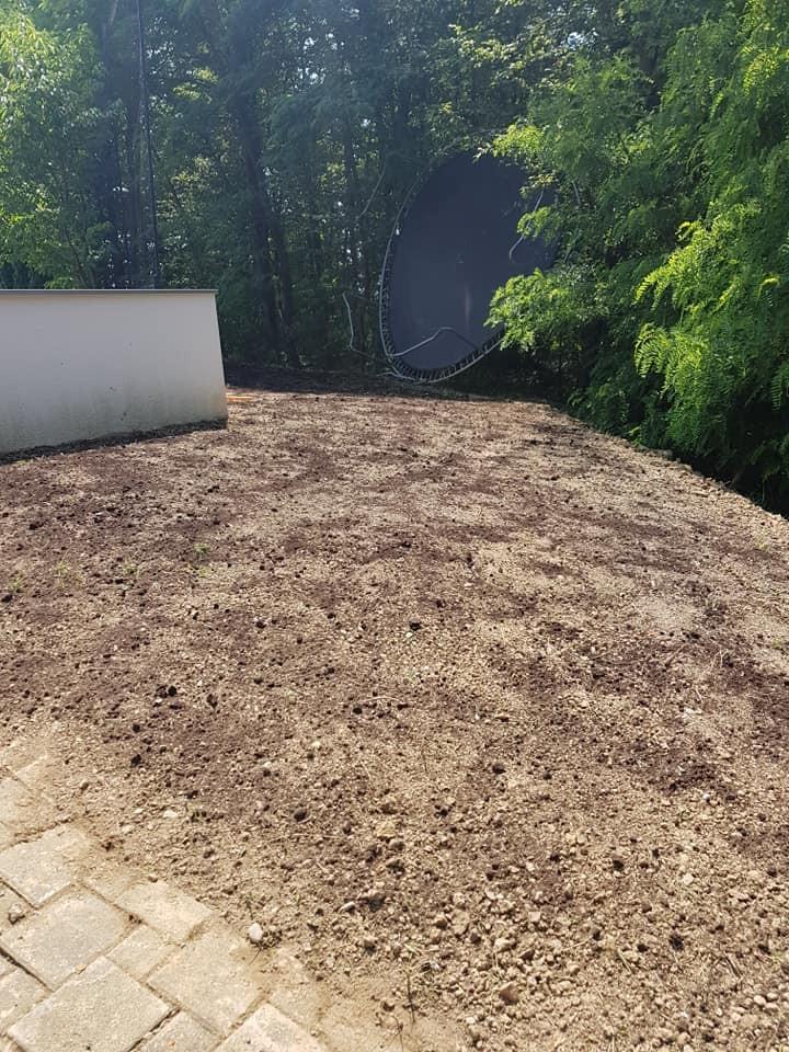 Nadosijavanje travnjaka, planiranje zemlje, ravnanje i sijanje novog travnjaka