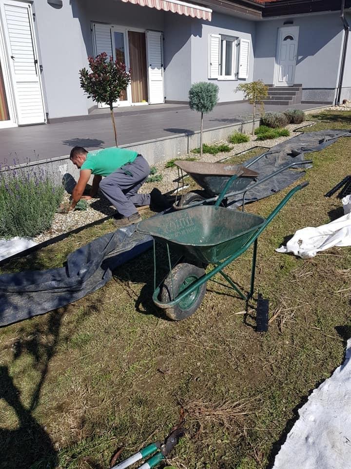Postava profesionalnih plastičnih vrtnih rubnjaka i podloge, te uređenje cvjetnih gredica.