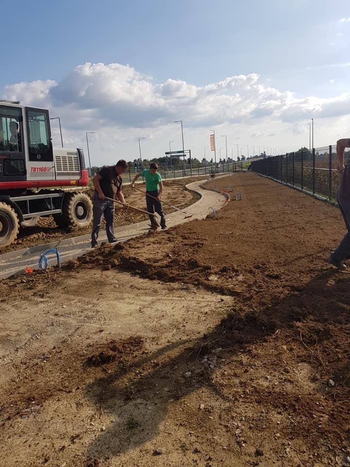 Iskop, dovoz, planiranje humusa, niveliranje, te priprema za sjetvu travnjaka.