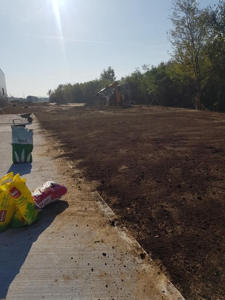 Dovoz 1000 m3 humusa, strojno i ručno ravnanje + planiranje 5.000 m2 zelenih površina, te sjetva travnjaka