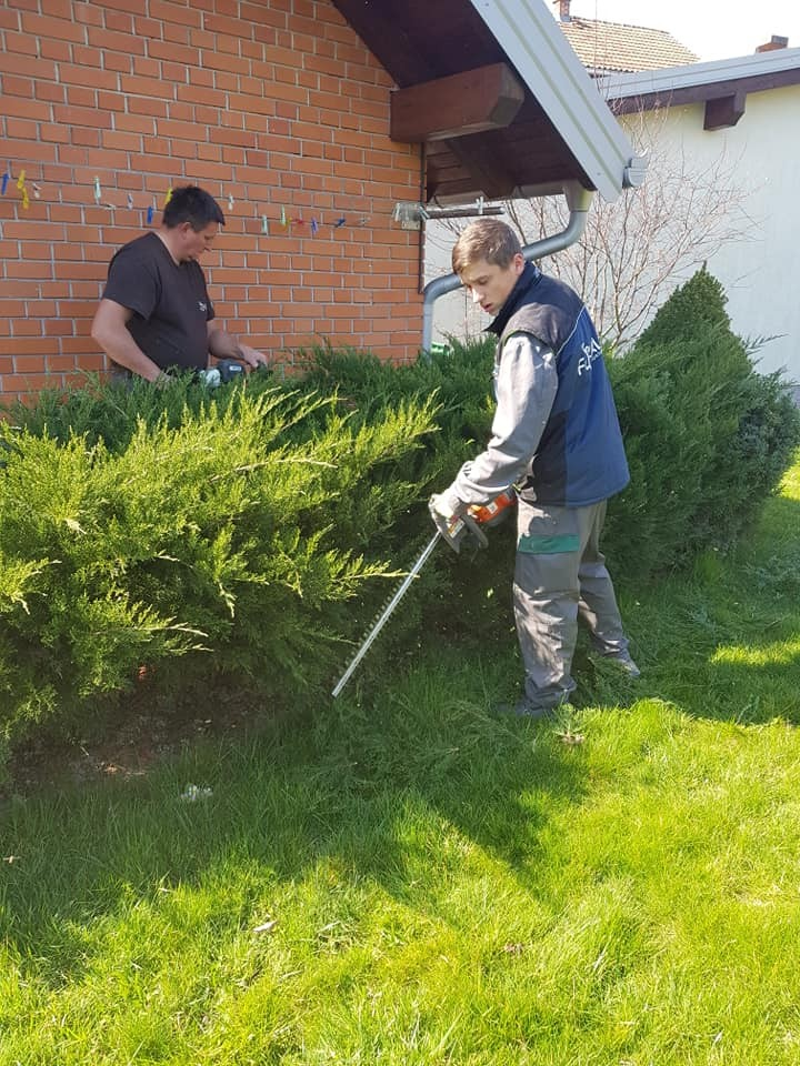Šišanje živice i grmova, prozračivanje, košnja i prihrana travnjaka, nadopuna malča, orezivanje drveća