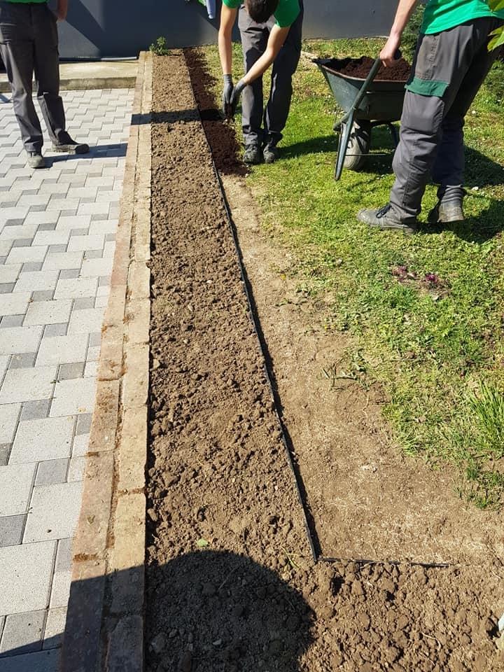 Izrada odvojene gredice za cvijeće, pomoću naših profesionalnih vrtnih rubnjaka