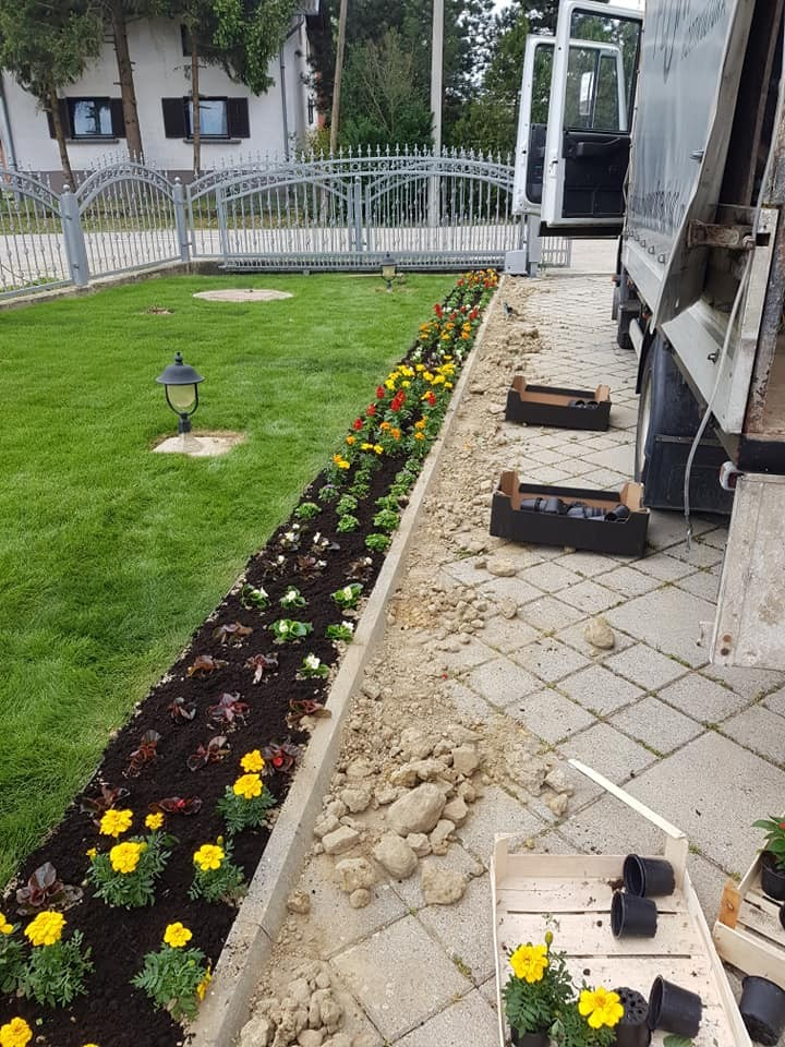 Sadnjom cvijeća završili smo u potpunosti komplet uređenja obiteljske kuće