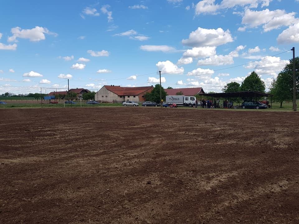 Sudjelovanje u izradi novog sportskog travnjaka na malonogometnom igralištu u Marinkovcu