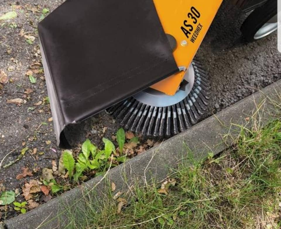 Odstranjivač korova i trave za popločene i ostale podloge od tvrdih materijala