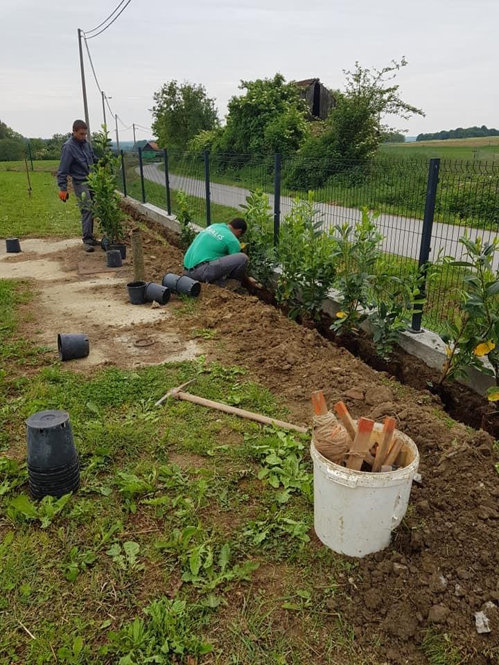 Instant sadnja žive ograde, postavljanje geotekstila, kamena i naših vrtnih rubnjaka