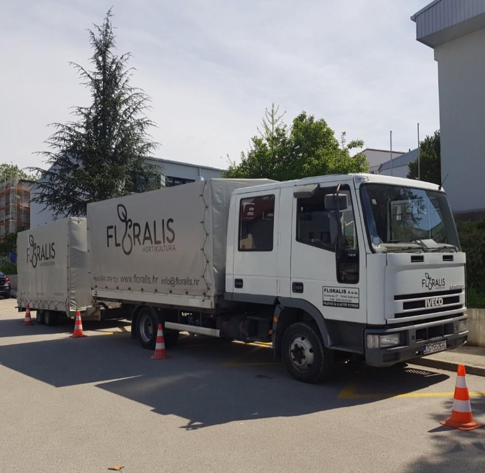 Kamion i prikolica zajedno s vozačem za prijevoz u Petrinju i Sisak